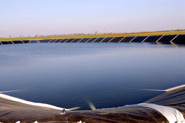 Retenue d'eau appelée également bassine. ici à Périgné en 2011 dans les Deux-Sèvres