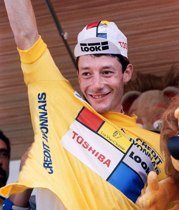Jean-François Bernard enfile le maillot jaune après sa victoire au Mont Ventoux en 1987.