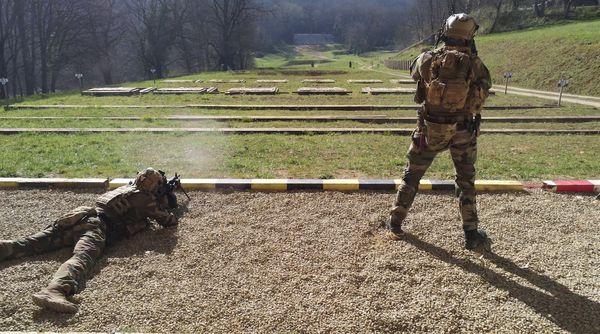 Champs de tirs ou l'armée française s'exerce sur des portes cibles.