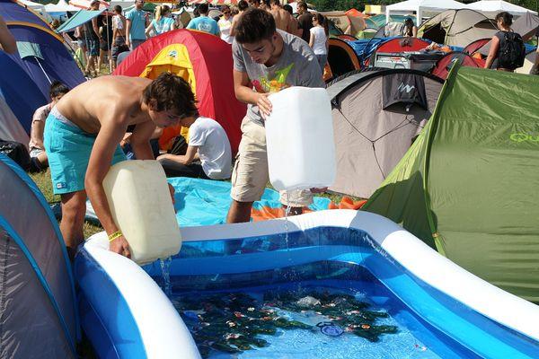Pour garder les bières au frais, il faut penser à apporter une petite piscine