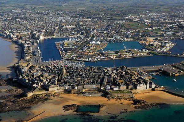 Saint-Malo, ville fortifiée entourée de 2 kilomètres de remparts