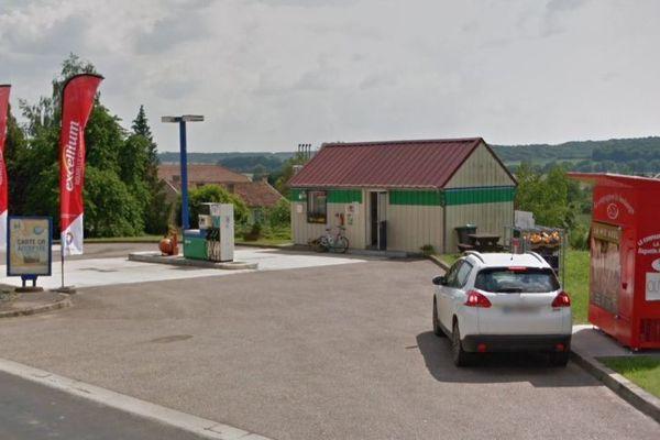 La municipalité de Consenvoye gère la station-service, l'agence postale et l'épicerie.