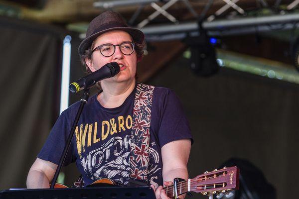 """Guilaine Robin, auteur-compositeur, jouera avec d'autres artistes lorrains au festival musical live """"Couarail dans ton canap"""" ce weekend du 10 au 11 avril 2020."""