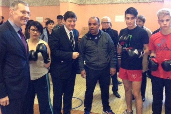 Le ministre Patrick Kanner avec le sénateur maire d'Auch Franck Montaugé, entourés de jeunes du quartier du Grand Garros