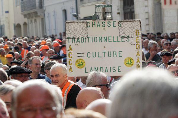 Manifestation des chasseurs pour défendre la chasse à la matole, les traditions et cultures landaises gasconnes devant la préfecture des landes à Mont-de-Marsan le 19 août 2016.