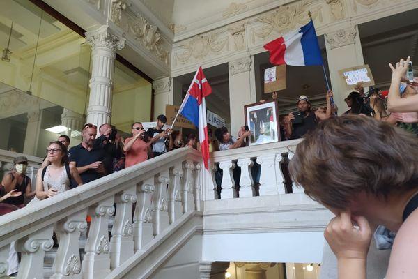 Les manifestants ont décroché le portrait d'Emmanuel Macron