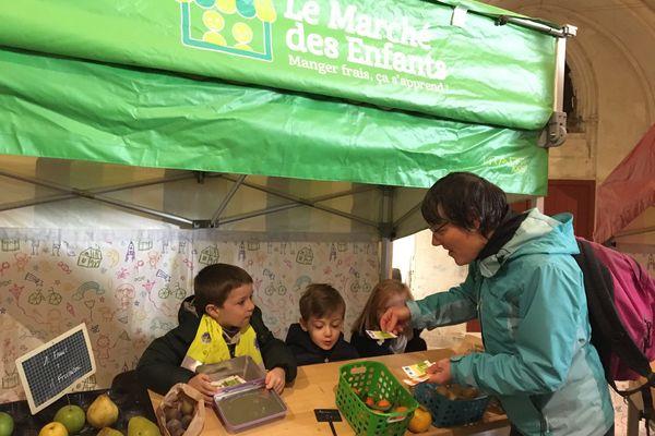 Une classe de CP de Caen au marché des enfants