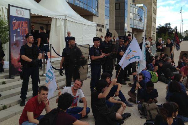 La 7e université d'été du Medef à Dijon a été perturbée par une contre-manifestation organisée par un collectif d'étudiants, d'enseignants, de salariés, chômeurs et retraités mardi 5 septembre 2017