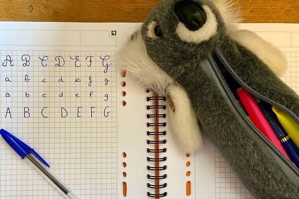 Un cahier et une trousse d'écolier.