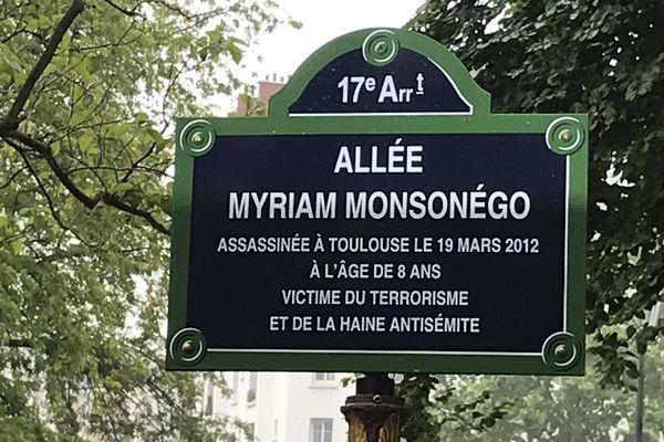 La plaque de l'allée Myriam Monsonégo à Paris