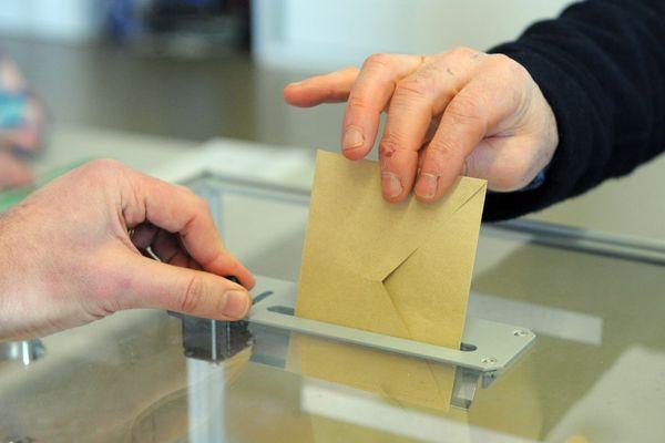 Un bulletin de vote déposé dans une urne (image d'illustration).