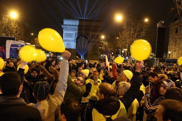 Quelques centaines de Gilets jaunes se sont rassemblés sur les Champs-Elysées pour fêter le passage à la nouvelle année 2019.