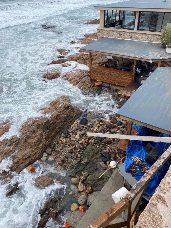Les vagues ont emporté la structure de la paillote.