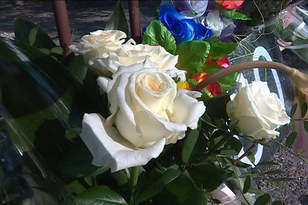 Des fleurs déposées en hommage à Salomé, tuée à Grasse. Elle est la 100e victime de féminicide, en France, en 2019