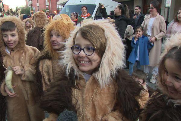Ces enfants sont déguisés en petits bœufs sauvages, tout droit sortis de la forêt