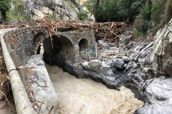 Pont endommagé sur la Vésubie, au dessus de Saint Jean la Rivière