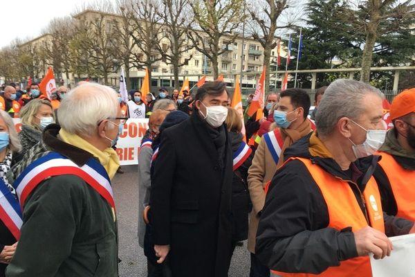 Parmi les manifestants, les élus étaient visibles avec leurs écharpes tricolores, comme ici Bertrand Bellanger, président  du conseil départemental 76 (Divers droite) et Damien Adam, député LREM.
