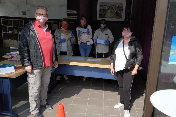 Déjà 1 400 masques ont été confectionnés dans l'atelier mis en place par Sylvie Dumont-Prieux (2ème à gauche).