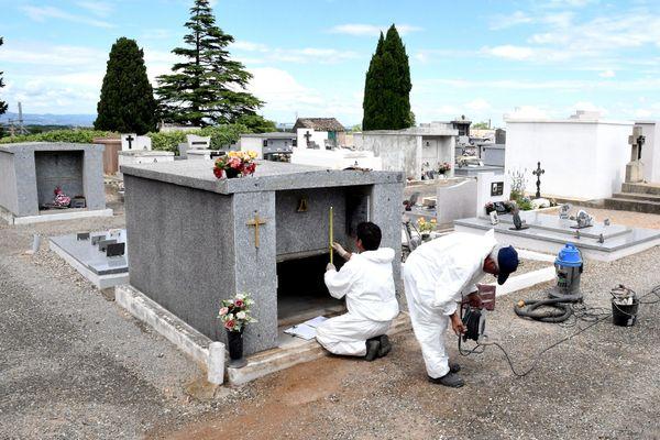 A Capendu, les investigations de la brigade scientifique après la profanation d'un caveau en 2017.