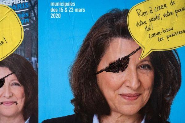 Une affiche de campagne d'Agnès Buzyn à Paris, parodiée avec un graffiti indiquant : « Rien à cirer de votre santé, votez pour moi ! » (Illustration).