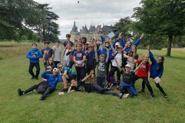Les élèves de 5ème du collège Chasles d'Epernon devant le château de Chaumont-sur-Loire