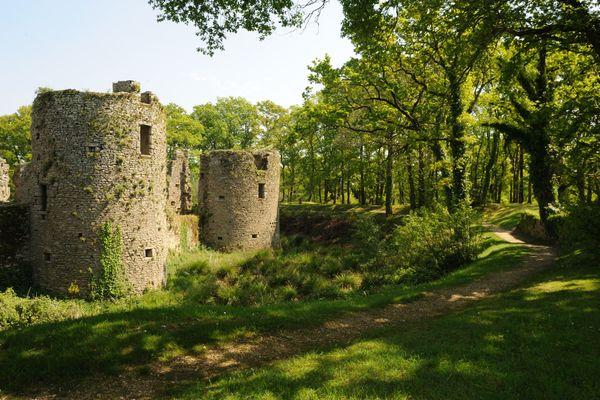 Les douves du château sont apparues au 14ème siècle, ainsi que le pont-levis et la barbacane (petit ouvrage de fortification avancée)