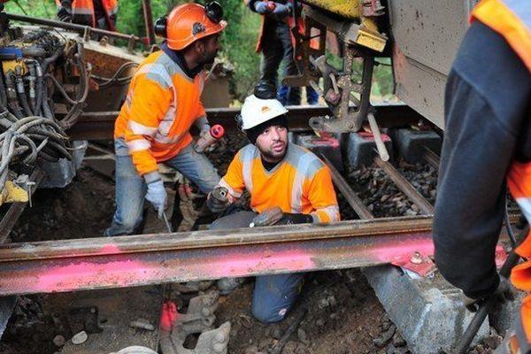 Les ouvriers de Colas rail préparent la dégarnisseuse qui va enlever le vieux ballast entre Machecoul et Saint-Gilles-Croix-de-Vie