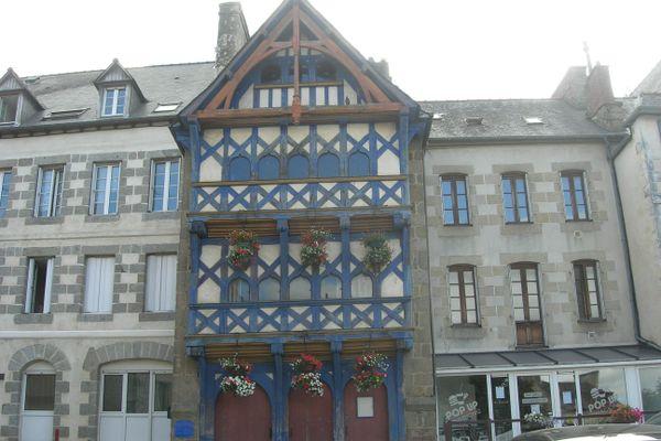 De hautes maisons à colombages ou en pierre de taille témoignent du riche passé de Pontrieux.