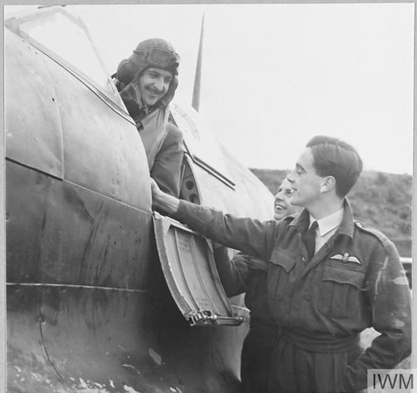 Jean Demozay dans le cockpit d'un Spitfire (photo non datée).