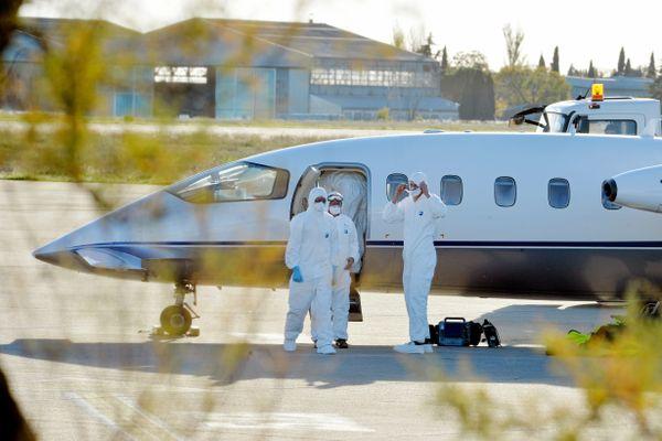 Deux transferts de patients ont eu lieu par avion, de Nîmes vers Brest, et Nîmes vers Lorient