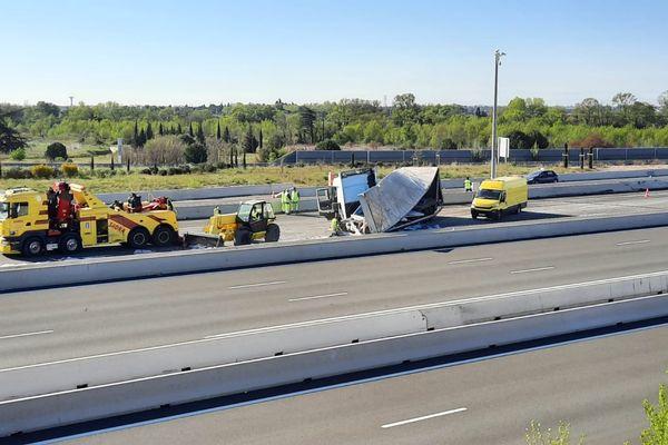 Le camion a déversé sa cargaison de marbre sur les voies de circulation