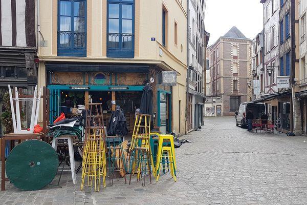 Nettoyage de printemps dans les bars et restaurants du centre-ville de Rouen pour la réouverture