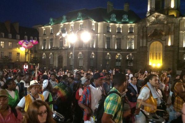 La foule place de la mairie à Rennes pour la fête de la musique