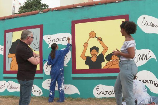 Jean-Luc Dorchies, une jeune artiste en herbe de la Gibauderie et Khassatu Ba devant la peinture murale ce vendredi 31 juillet.
