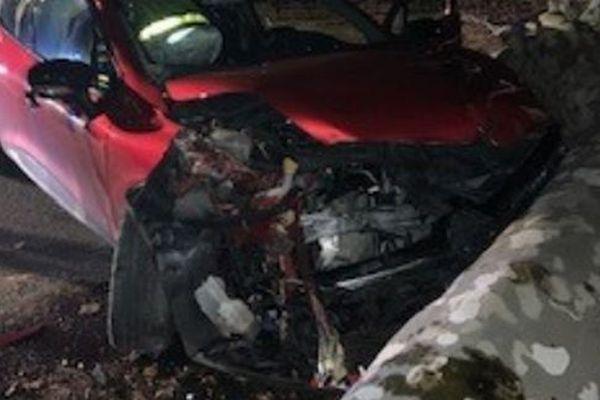 """La gendarmerie du Gard vient de lancer un appel à témoins. Un arbre préalablement coupé a été déposé au milieu de la départementale 6086 sur le commune de Connaux. Une femme a été grièvement blessée en le percutant.Une enquête pour """"mise en danger de la vie d'autrui"""" a été diligentée."""