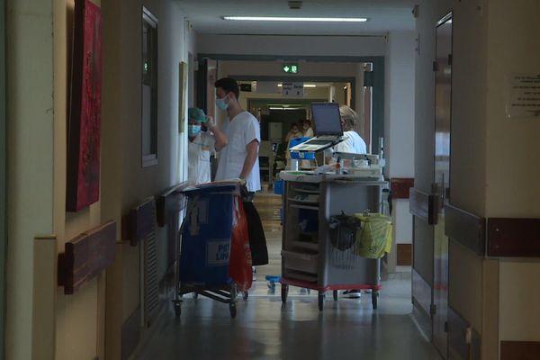 Le département de l'Ardèche affiche 320 nouveaux cas positifs Covid pour 100.000 habitants, et un taux de positivité de 16% au 17 octobre 2020. La tension hospitalière ne cesse de s'accentuer. Le département ardéchois passe au couvre-feu à compter du 23 octobre minuit.