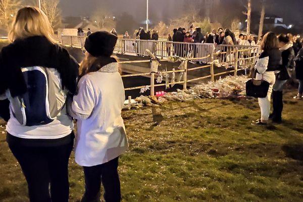 Après la marche blanche, les participants se sont recueillis sur les lieux de l'accident à Troyes.