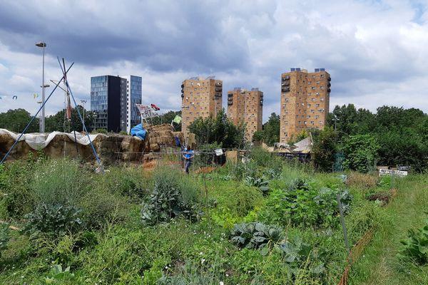 Entre 4 000 m² et 1 hectare de jardins sont menacés par de nouvelles constructions (une piscine olympique et une gare du métro du Grand Paris).