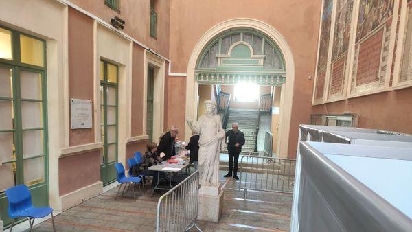 Le bureau de vote de la mairie d'Ajaccio est quasiment vide, à 9h.