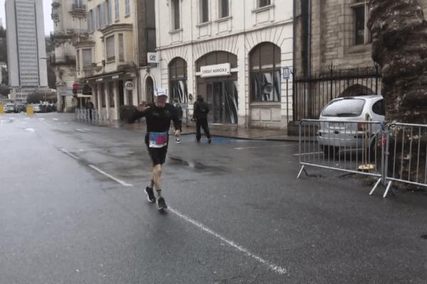 Le coureur sportif de 90 ans originaire du Cantal, Charly Bancarel, continue sa préparation pour le marathon de Paris. Il a remporté dimanche 17 mars le semi-marathon de Tulle en Vétéran 5.