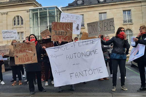 Une cinquantaine de sages-femmes ont manifesté devant la préfecture de Châlons-en-Champagne