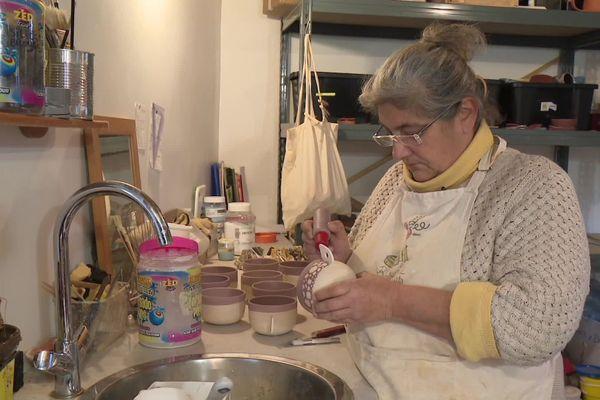 Ancienne graphiste à Paris, Amélie crée depuis bientôt deux ans des poteries à Rochefort-en-Terre.