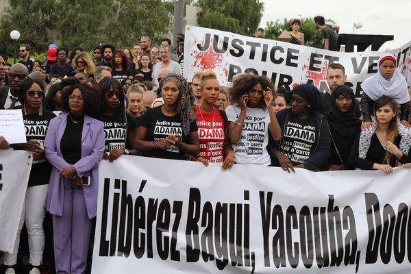 Une marche dans les rues de Beaumont-sur-Oise, dans le Val-d'Oise, le 22 juillet 2017, un an après la mort d'Adama Traoré.