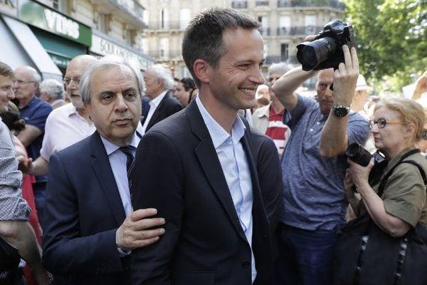 Pierre-Yves Bournazel accompagné de Roger Karoutchi Place Maubert in Paris, avant les élections législatives de juin 2017.