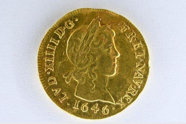 Ce louis d'or exceptionnellement rare, représentant Louis XIV jeune avec une boucle de cheveux longs, sera mis en vente aux enchères par Ivoire le 29 septembre 2021, valeur estimée à 15 000 euros
