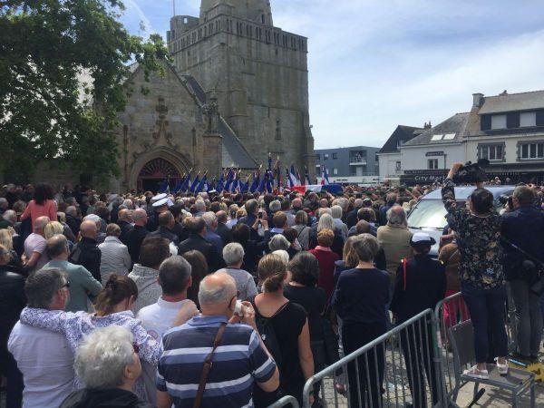 Le cercueil de Cédric de Pierrepont est entré dans l'église de Larmor Plage au son d'un couple de sonneur du bagad de Lann Bihoué