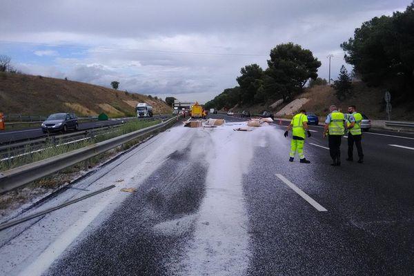 Un camion allemand a perdu son chargement sur l'autoroute A9, ce mercredi en fin d'après-midi, en direction de Lyon après la sortie 36 Beziers-Ouest,dans l'Hérault. Des bouchons sont en train de se former.