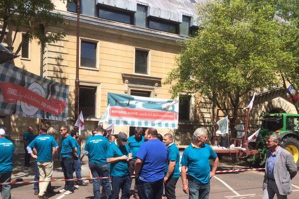 Des agriculteurs se sont rassemblés, le 12 juin 2017, devant le Tribunal de Versailles pour soutenir le directeur de l'abattoir de Houdan.