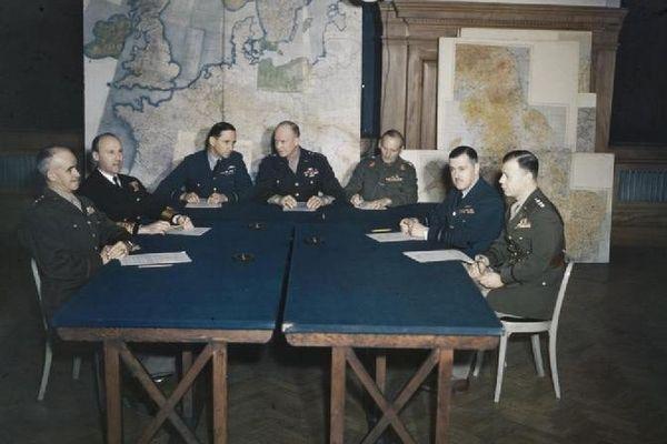 De gauche à droite : Lieutenant Général Omar Bradley (USA), Commandant en chef de la 1st US Army -  Amiral Sir Bertram H Ramsay (GB), Commandant en chef des forces navales alliées -  Maréchal de l'air Sir Arthur W Tedder (GB), Commandant suprême adjoint des forces alliées - General Dwight D. Eisenhower (USA), Commandant suprême des forces alliées -  Maréchal Sir Bernard Montgomery (GB), Commandant des forces terrestres alliées - Maréchal de l'air, Sir Trafford Leigh-Mallory (GB) , Commandant des forces aériennes alliées - Lieutenant General Walter Bedell Smith (USA), Chef de cabinet du Général Eisenhower
