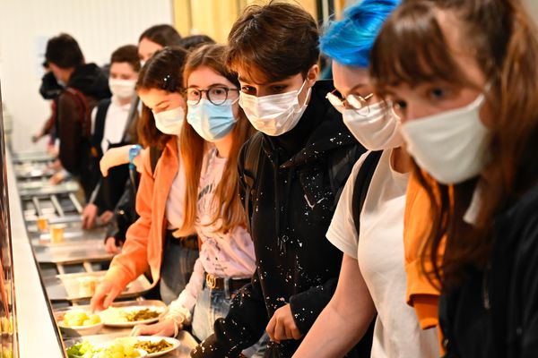 Le port du masque est obligatoire à la cantine dès que les enfants ne mangent pas.